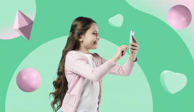 ребенок сидит в телефоне